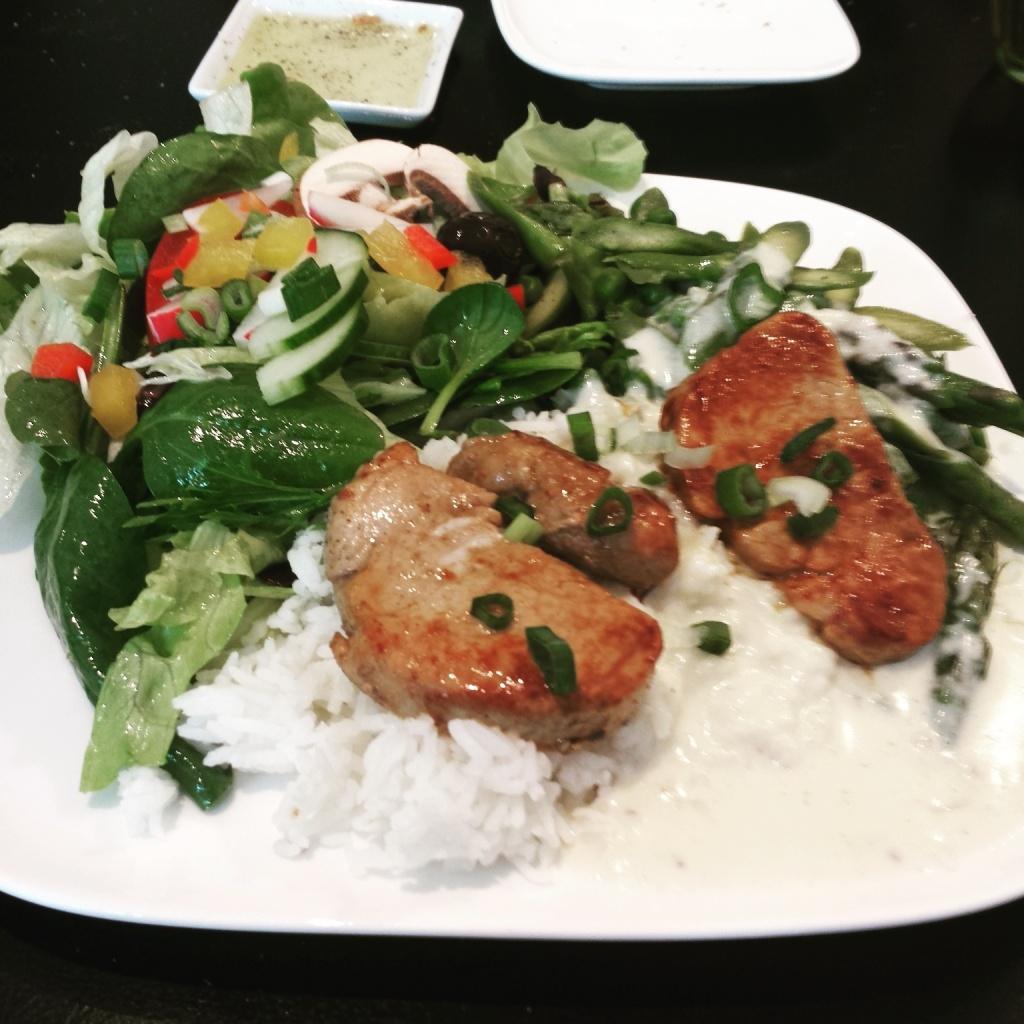 5 Wochen Fit Challenge - Salat mit gegrilltem Hähnchenbrustfilet und Reis